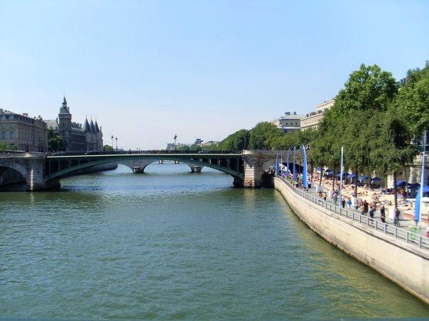 The Seine river in Paris.jpg